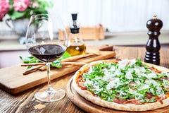 Близкий поднимающий вверх взгляд на традиционном итальянском обеде стоковые изображения rf