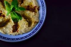 Близкий поднимающий вверх взгляд сверху Hummus погружение или распространение Levantine сделанные из сваренных, помятых нутов или стоковые фото