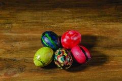 Близкий поднимающий вверх взгляд традиционно украшенных пасхальных яя Красочная традиция Предпосылки пасхи стоковые фотографии rf