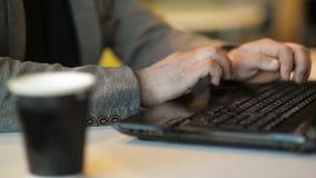 Близкий поднимающий вверх взгляд фрилансера работая на ноутбуке расп сток-видео