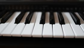 Близкий поднимающий вверх взгляд электрической клавиатуры рояля стоковые фото