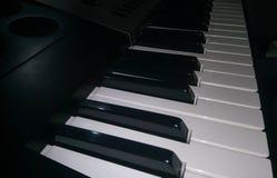 Близкий поднимающий вверх взгляд электронной клавиатуры синтезатора рояля стоковая фотография rf