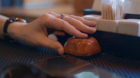 Близкий поднимающий вверх отжимать руки кнопка колокола для того чтобы вызвать официанта Рука конца-вверх женская отжимает кнопку видеоматериал