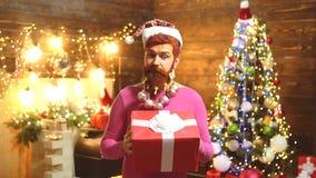 Близкий поднимающий вверх портрет бородатого человека в костюме Санта Платье Нового Года Одежды моды Нового Года Выражение и люди сток-видео