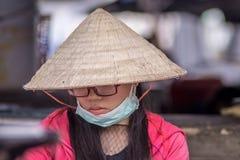Близкий поднимающий вверх портрет въетнамской молодой женщины стоковое изображение