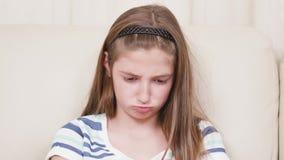 Близкий поднимающий вверх портрет игры маленькой девочки на смартфоне видеоматериал