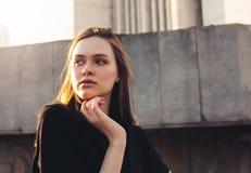 Близкий поднимающий вверх портрет красивой длинной фотомодели девушки волос на заходе солнца на улице города стоковая фотография rf