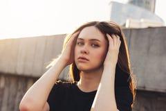 Близкий поднимающий вверх портрет красивой длинной фотомодели девушки волос на улице города стоковое фото