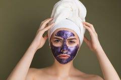 Близкий поднимающий вверх портрет молодой женщины с полотенцем на ее голове стоковое фото rf