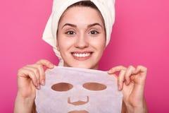 Близкий поднимающий вверх портрет молодой красивой дамы с идеальной кожей кладя кормя лицевой щиток гермошлема, время к процедура стоковое изображение
