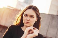 Близкий поднимающий вверх портрет молодой красивой длинной фотомодели девушки волос ветра на улице города стоковые фотографии rf