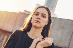 Близкий поднимающий вверх портрет молодой красивой длинной фотомодели девушки волос ветра на улице города стоковые изображения
