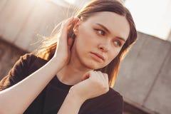 Близкий поднимающий вверх портрет молодой красивой длинной фотомодели девушки волос ветра на улице города стоковое изображение