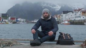 Близкий поднимающий вверх портрет серьезного человека пристани Норвегии, шлюпки предпосылки сток-видео