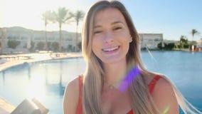 Близкий поднимающий вверх портрет стороны усмехаясь маленькой девочки, смотря камеру Красивая женщина в красном купальнике около  видеоматериал