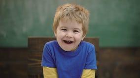 Близкий поднимающий вверх портрет счастливого мальчика усмехаясь на деревянной предпосылке Ребенок Joyfull маленький Счастливый и видеоматериал