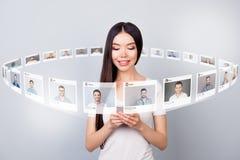 Близкий поднимающий вверх читатель фото она ее серии проверки дамы отправляет repost по электронной почте доли телефона как форум стоковые фотографии rf