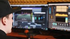 Близкий поднимающий вверх экран с цифровым аудио местом для работы звукооператора Музыка смешивая и управляя студию звукозаписи п сток-видео