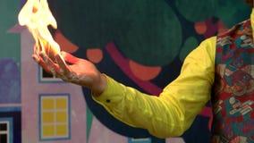 Близкий поднимающий вверх эстрадный артист делая шоу огня для детей видеоматериал