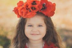 Близкий портрет девушки маленького ребенка при большой коричневый цвет щек наблюдает и губы pout нося стильное красное платье с м Стоковая Фотография RF