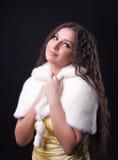 близкий портрет девушки шерсти пальто довольно вверх по детенышам Стоковая Фотография