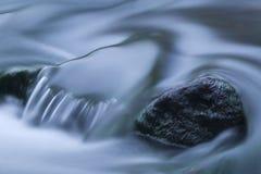 близкий поток реки вверх стоковые фото