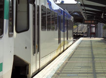 близкий светлый поезд рельса вверх Стоковые Изображения RF