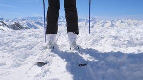 Близкий снимок ботинок лыжи на лыжном курорте горы стоковые изображения