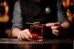 Близкий снимок коктейля алкоголя с шоколадом в руках бармена стоковые фотографии rf