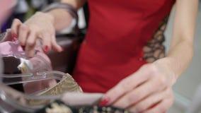 Близкий снимок на руках ` s женщины, который выбирает детали моды в дорогом бутике, она hshet для уточнения шкафа сток-видео