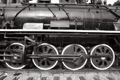 близкий старый поезд пара вверх по колесам Стоковая Фотография