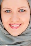 близкий счастливый мусульманский портрет вверх по женщине Стоковое Изображение RF
