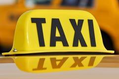близкий таксомотор знака вверх Стоковая Фотография