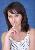 близкое губ девушки перста загадочное Стоковое Фото