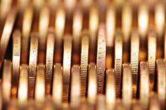близкое золото монеток гребет вверх Стоковая Фотография