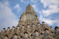 Близкое поднимающее вверх изображение виска Wat Arun в Бангкоке стоковые фотографии rf