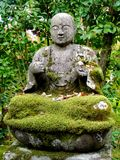 Близкое поднимающее вверх изображение красивой статуи Будды в виске Eikando в Киото стоковые фото