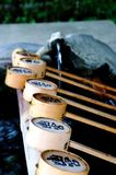 Близкое поднимающее вверх изображение некоторых бамбуковых ковшей на святыне Izanagi, Японии стоковое фото rf