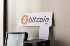 Близкое поднимающее вверх фото знака Bitcoin ATM, используемое для покупки и продажи cryptocurrencies стоковая фотография rf