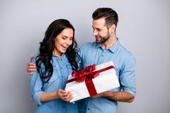 Близкое поднимающее вверх фото изумляя она она он он его сюрприз романс парня дамы держит большое большое giftbox оценивает внима стоковые фото
