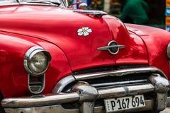 Близкое поднимающее вверх фото красного классического американского автомобиля стоковые изображения