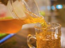 Близко вверх полейте чай в стекло стоковое изображение rf