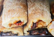 Близко вверх свежо испеченная слойка пастозная с мясом и баклажаном от печи в магазине пекарни стоковое изображение rf