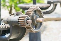 Близко вверх, шестерня ржавого металла cogwheel механическая на предпосылке шлюза стоковое фото rf