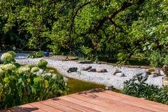Близко-естественный архитектурноакустически конструированный сад стоковые изображения rf