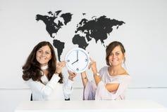 2 близнеца маленьких девочек с часами Стоковое Фото