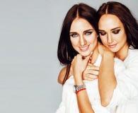 2 близнеца представлять сестер, делая selfie фото, одели такой же whit Стоковая Фотография