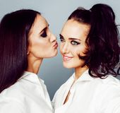 2 близнеца представлять сестер, делая selfie фото, одели такой же whit Стоковые Изображения RF