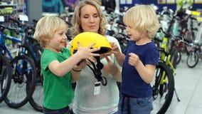 Близнецы враждуют в магазине из-за нового шлема велосипеда видеоматериал