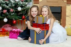 Близнецы девушек с рождественской елкой подарков e Стоковая Фотография RF